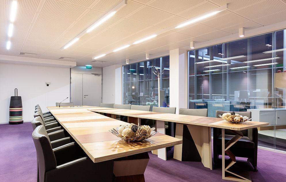 salle de réunion, des tables réemployées