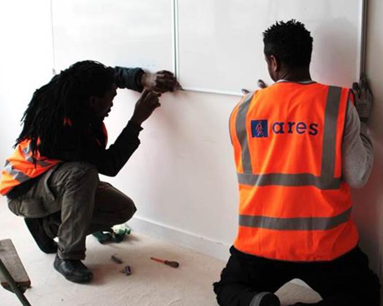 ouvriers déponsant du matériel à réemployer
