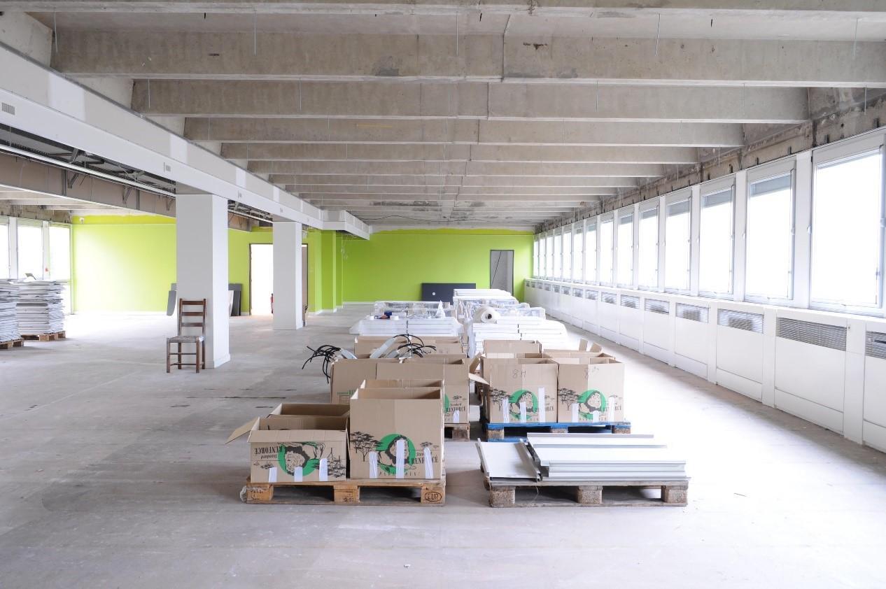 intérieur d'immeuble en rénovation (immobilier empaqueté au centre)